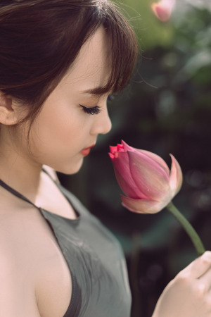 Ngắm vẻ đẹp xuân thì của thiếu nữ tuổi 18 bên đầm sen
