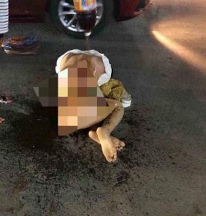 Cô gái trẻ bị lột đồ giữa phố, đổ nước mắm, ớt bột lên khắp người