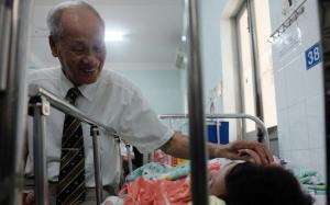 Cụ ông vượt hàng nghìn km vào TP.HCM trao 100 triệu đồng cho bé trai bị mẹ đâm thủng ruột