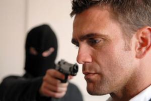 Kỹ năng giữ mạng sống khi bị uy hiếp bằng súng
